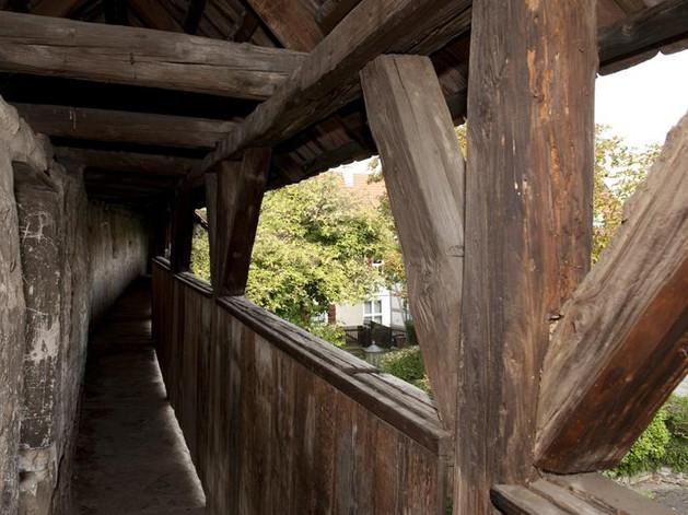 Stadtmauer mit Wehrgang Bild 2